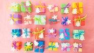 Das Foto zeigt 24 bunt verpackte Päckchen. © imago/Chromorange Fotograf: imago/Chromorange