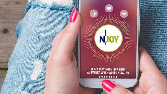 Das Bild zeigt die N-JOY App auf einem Handy © Fotolia Foto: Leszek Czerwonka