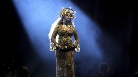Beyoncé Knowles während ihrer Perfomance bei den Grammys 2017. © Picture Alliance / AP Images Foto: Matt Sayles
