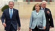 Angela Merkel mit George Bush und Frank-Walter Steinmeier. © dpa picture alliance