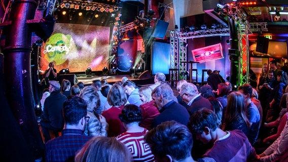 Das Foto zeigt das Publikum und die Bühne beim NDR Comedy Contest. © NDR Foto: Benjamin Hüllenkremer