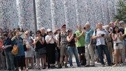 Eine Schlange wartende Menschen auf der documenta in Kassel. © picture alliance / Swen Pförtner/dpa Fotograf: Swen Pförtner