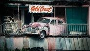 Zu sehen ist ein altes Auto, das in einem Haus steckt. © derjoachim / photocase.de Foto: derjoachim