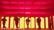 Eine Tanzsszene aus einem Musikvideo der Band Backstreet Boys.