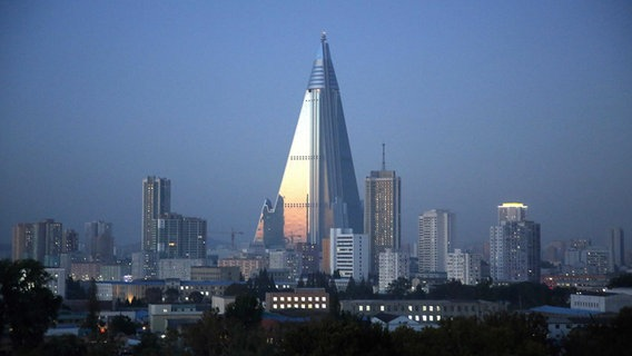 Das Ryugyong Hotel in Pjöngjang. © picture alliance / AP Photo Fotograf: Wong Maye-E