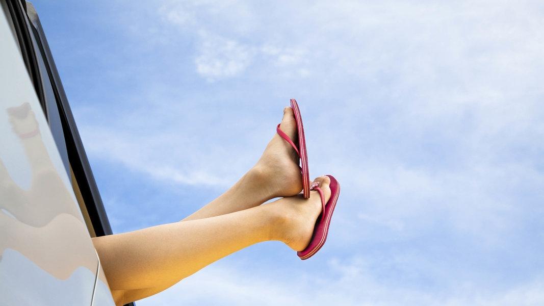 Zu sehen ist ein Paar Beine, das aus dem Beifahrerfenster eines Autos gestreckt wird. © picture alliance/Bildagentur-online/Yay Foto: n.a.