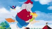 Eine Szene aus Benjamin Blümchen: Bibi und Benjamin fliegen auf einem Besen. © picture alliance/United Archives
