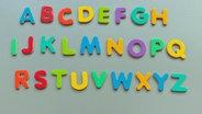 Bunte Magnetbuchstaben bilden das ABC. © picture alliance / Moritz Vennemann Foto: Moritz Vennemann