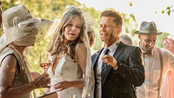 """Eine Szene aus Til Schweigers """"Die Hochzeit"""": Ein Brautpaar und seine Gäste. © Barefoot/Warner Bros/Anke Neugebauer Foto: Anke Neugebauer"""