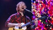 Ed Sheeran mit seiner Gitarre auf der Bühne. © picture alliance / AP Photo Foto: Winslow Townson