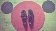 """Eine Fußmatte mit Schuhen drauf, sieht aus wie ein """"Mickey Mouse""""-Gesicht. © Fräulein.Palindrom/ photocase.com Foto: Fräulein.Palindrom"""