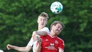Ein Kopfballduell im Amateurfußball. © imago/Eibner