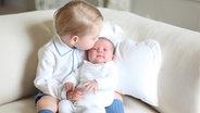 Prinz George küsst Prinzessin Charlotte. ©  dpa - Bildfunk Fotograf: Duchess Of CambridgeHandout