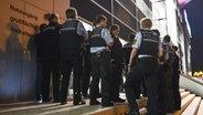Die SAP-Arena in Mannheim wird evakuiert. © dpa - Bildfunk Fotograf: Uwe Anspach