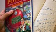 """Eine noch unbearbeitete Version von """"Harry Potter und der Stein der Weisen"""" mit Widmung. © picture-alliance/ dpa"""