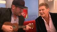 Andreas Kuhlage und David Hasselhoff singen zusammen. © NDR Fotograf: Screenshot