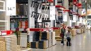 Zwei Kundinnen schieben einen Einkaufswagen durch das Lager in IKEA-Möbelhaus in Altona. © dpa-Bildfunk Foto: Daniel Bockwoldt