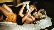 """Roger Moore und Britt Ekland in """"Der Mann mit dem goldenen Colt"""" ©  picture alliance"""