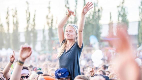 Mädchen auf Schultern beim Konzert  Foto: imago/Hoch Zwei Stock/Angerer
