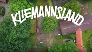 """Der Schriftzug von """"Kliemannsland"""" über einem Luftbild des Geländes."""
