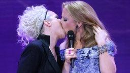 Gaben sich auf der Bühne einen langen Zungenkuss: Die ECHO Gastgeberinnen Ina Müller (l) und Barbara Schöneberger (r) © dpa