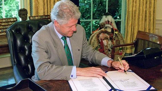 US-Präsident Bill Clinton unterschreibt am 1.7.2000 in Washington ein Gesetz, das die Flut von geheimen Wahlkampfspenden eindämmen soll. © dpa - Bildarchiv