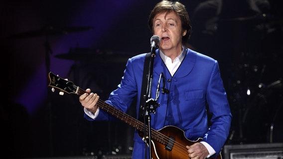 Paul McCartney steht im Dezember 2011 bei einem Konzert in Paris auf der Bühne. ©  picture alliance / dpa Foto: O Corsan