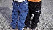 Zwei junge Männer tragen Baggypants. ©  imago/Steinach