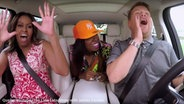 Zu sehen ist ein YouTube-Screenshot der Carpool Karaoke-Folge mit Michelle Obama, Missy Elliot und Moderator James Corden im Auto. © YouTube / The Late Late Show with James Corden Fotograf: Screenshot: https://www.youtube.com/watch?v=ln3wAdRAim4