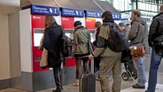 Menschen stehen vor Fahrkartenautomaten an. © imago/Horst Rudel