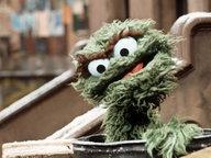 Der griesgrämige Oskar, ein Bewohner der Sesamstraße, in seiner Tonne. © dpa - Bildarchiv