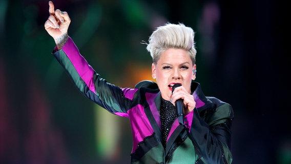 Pink auf der Bühne bei ihrem Konzert in Hamburg am 8. Juli 2019. © NDR Foto: Mirko Hannemann