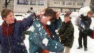 Schulkinder veranstalten 1999 eine Schneeballschlacht. © dpa - Bildarchiv Fotograf: Herbert Spies