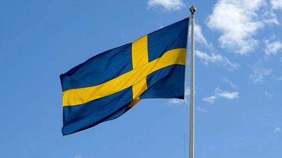 Die schwedische Nationalflagge weht an einem Mast im Wind. © picture alliance/dpa Foto: Daniel Kalker
