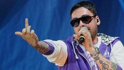 Rapper Sido zeigt seinen Mittelfinger.