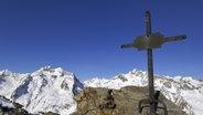 Gipfelkreuz im Oetztal mit verschneitem Bergpanorama ©  picture alliance / blickwinkel/R. Linke Fotograf: R. Linke