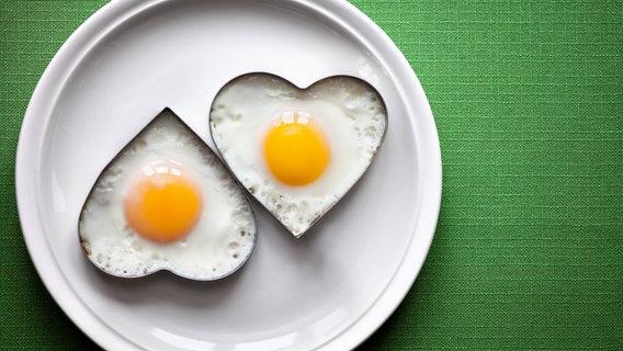 Zu sehen sind zwei Spiegeleier in Herzchenform auf einem Teller. © dpa / CTK Foto: Jansa Rene