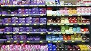 Ein volles Schokoladenregal im Supermarkt © imago/Jochen Tack