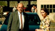 """Eine Filmszene aus dem Tatort """"Im Schmerz geboren"""". Ein Mann und eine Frau schauen in die Ferne. © HR/Philip Sichler Fotograf: HR/Philip Sichler"""