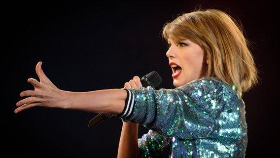 Zu sehen ist die singende Taylor Swift. © imago/ZUMA press