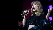 Zu sehen ist die singende Taylor Swift. © picture alliance / empics / PA Wire Foto: Isabel Infantes
