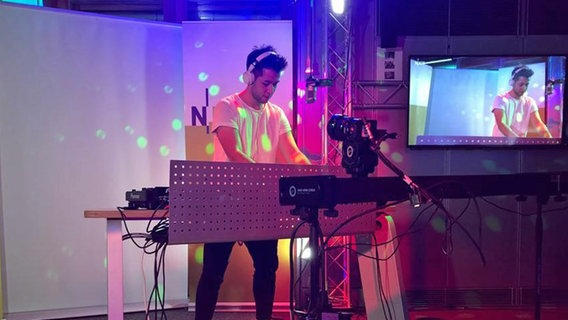Johannes von VIZE legt live im N-JOY Studio auf. © NDR/N-JOY