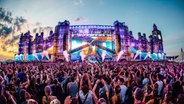 Eine Bühne mit Publikum beim Airbeat One Festival. © Neon Photography Fotograf: Tobi Stoffels