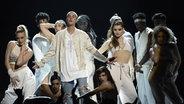Das Bild zeigt Justin Bieber bei einem Auftritt mit seinen Tänzern © picture alliance / AP Photo Fotograf: Chris Pizzello