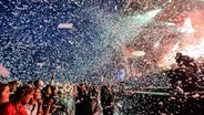 Konfettiregen beim Auftritt von Biffy Clyro auf dem Deichbrand Festival 2019. © NDR/N-JOY Foto: Benjamin Hüllenkremer