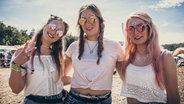 Drei stylische Besucherinnen des Deichbrand Festivals 2019. © NDR/N-JOY Foto: Benjamin Hüllenkremer