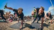 Besucher beim Bier-Yoga auf dem Deichbrand Festival 2019. © NDR/N-JOY Foto: Benjamin Hüllenkremer