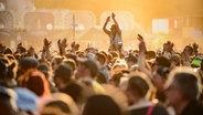 Tanzende Menschen vor einer Bühne auf dem Deichbrand Festival in Cuxhaven. © NDR Foto: Benjamin Hüllenkremer