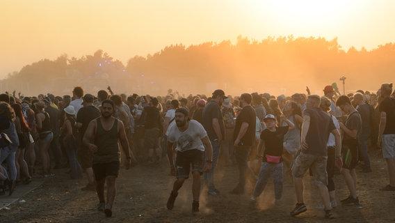 Tanzende Menschen auf einem Festival. © NDR Foto: Benjamin Hüllenkremer