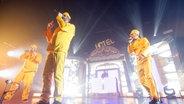 Das Bild zeigt die Hip-Hop-Band Fünf Sterne Deluxe bei einem Auftritt © picture alliance / Jazzarchiv Foto: Jazzarchiv